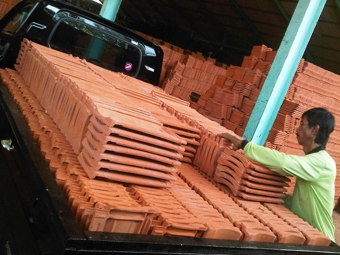 gudang genteng, distributor genteng terlengkap. karang pilang, kia, kanmuri, m-class, beton